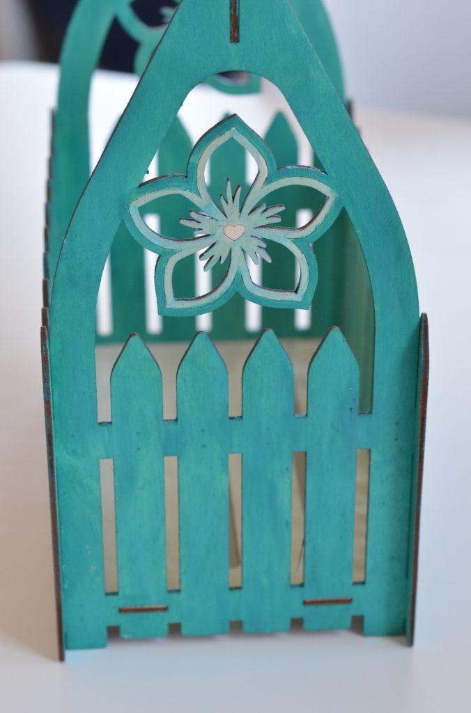 drewniana skrzynka na dekoracje